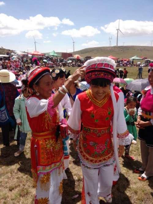 白族的风俗习惯图片——拍摄于大理骑龙山牛马会
